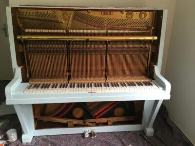 Shabby Chic Klavier mit Kreidefarbe von Rust Oleum
