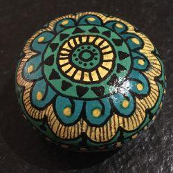 Steine bemalen - Mandala grün